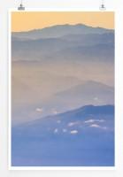 60x90cm Poster Landschaftsfotografie – Gebirge im orangen Nebel