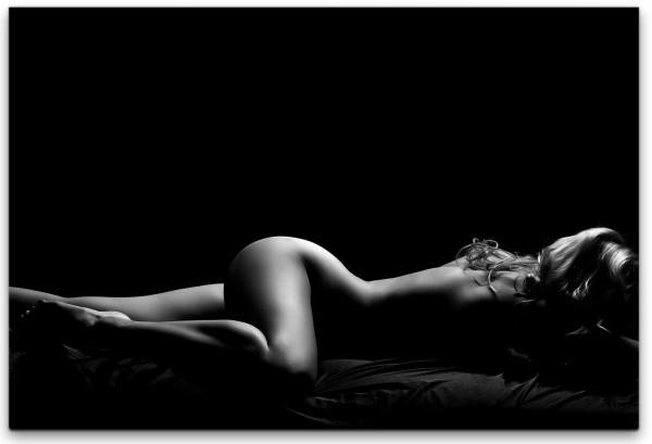 Nackte Frau im Bett Wandbild in verschiedenen Größen
