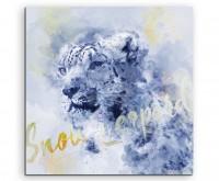 Schneeleopard im Profil in Blautönen mit Kalligraphie