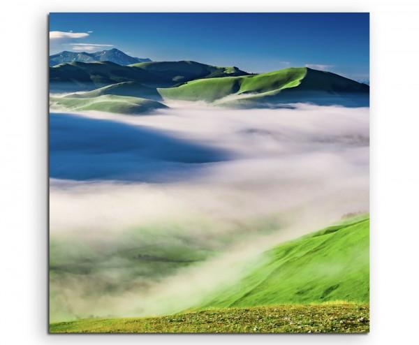Landschaftsfotografie – Nebellandschaft in Castelluccio, Italien auf Leinwand