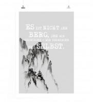 Poster in 60x90cm - Es ist nicht der Berg, den wir bezwingen – wir bezwingen uns selbst.