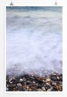 60x90cm Poster Naturfotografie – Strand mit bunten Kieselsteinen