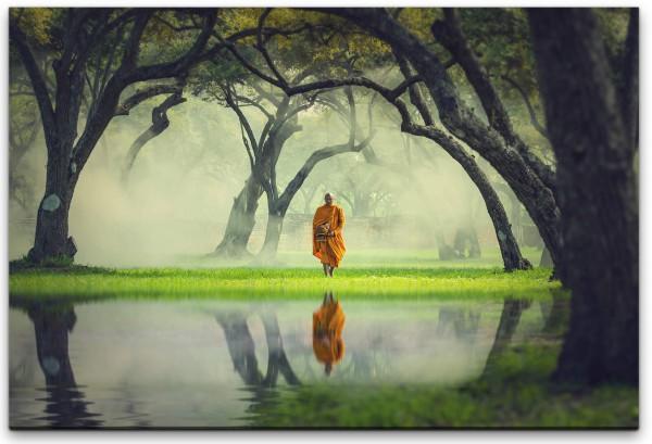 Mann in einem Wald mit Fluss Wandbild in verschiedenen Größen
