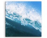 Naturfotografie – Blaue Meereswelle mit Gischt auf Leinwand